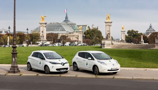 Picture_ZOE_and_LEAF_in_front_of_le_Grand_Palais_in_Paris_-__Renault_omg___Name_of_the_Photographer_Olivier_Martin_Gambier