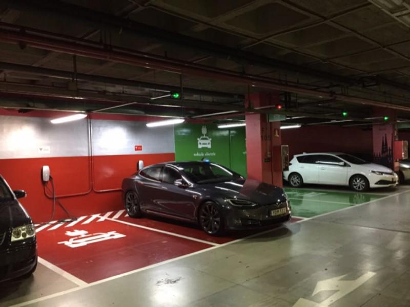 Punto de recarga parquing c c la maquinista for La maquinista parking