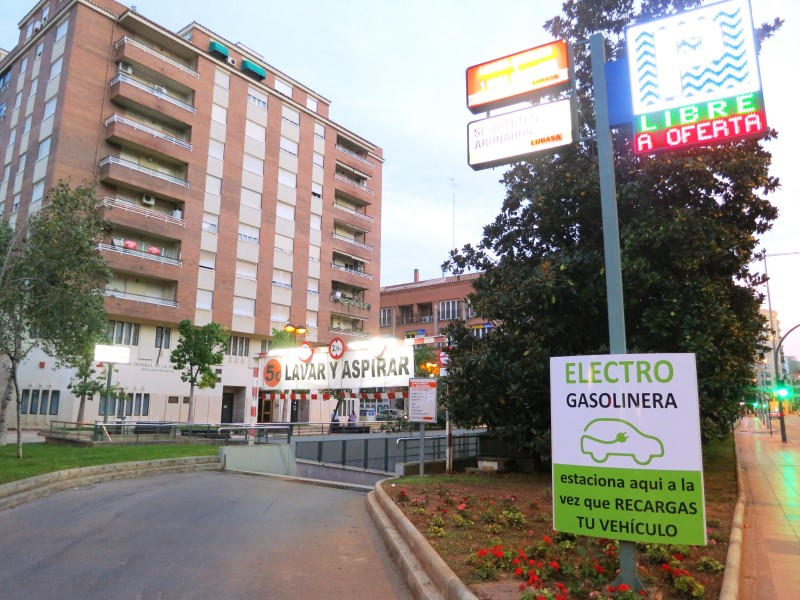 Punto de recarga aparcamiento plaza juez borrull for Plaza de aparcamiento